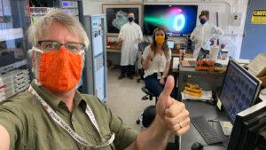 Navzdory opatřením kvůli COVID-19 práce v JPL pokračují při dodržování všech hygienických nařízení. Snímek vznikl během zkoušek Hallových motorů.