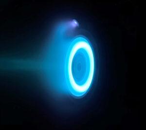 O pohon sondy Psyche se postará Hallův motor, který prochází zkouškami v JPL. Modrou barvu způsobuje pohonné médium motoru - xenon.